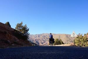 Route marocaine avec itinéraire bien préparé